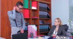 หนุ่มใส่แว่นผิวขาวตี๋เงี่ยนแอบไปส่งงานที่โต๊ะหัวหน้าผู้หญิงก่อนที่จะจับเลียหีคาโต๊ะทำงาน